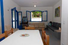 Mesa de 6 lugares na sala de jantar em casa de praia, em Guaecá, São Sebastião