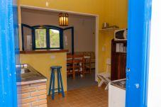 Cozinha de casa de praia no Litoral Norte, com detalhe do balcão, pia e micro-ondas