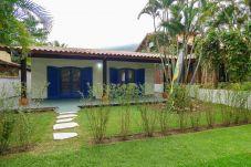 Vista da fachada de casa em Guaecá, São Sebastião