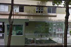Vista da fachada com entrada principal do prédio, com porteiro 24h