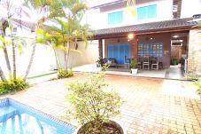 Casa em São Sebastião - Casa Ampla com Piscina, Varanda Gourmet e Wi-Fi